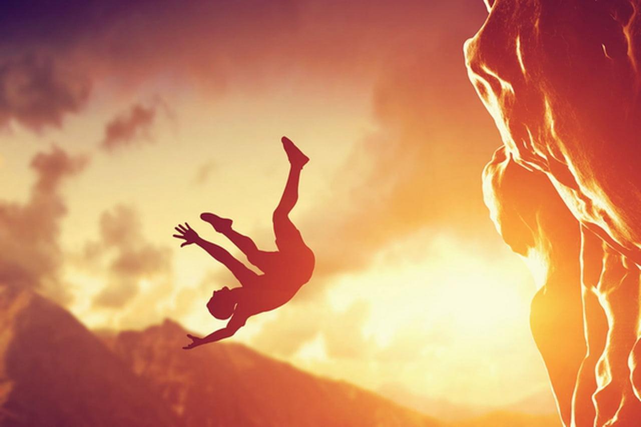 صورة حلمت اني طحت من فوق جبل , تفسير رؤية السقوط من فوق الجبل