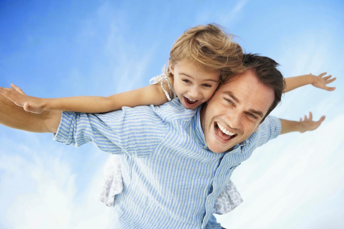 صورة تفسير حلم عناق الاب , رؤية حضن الاب وتفسيرها