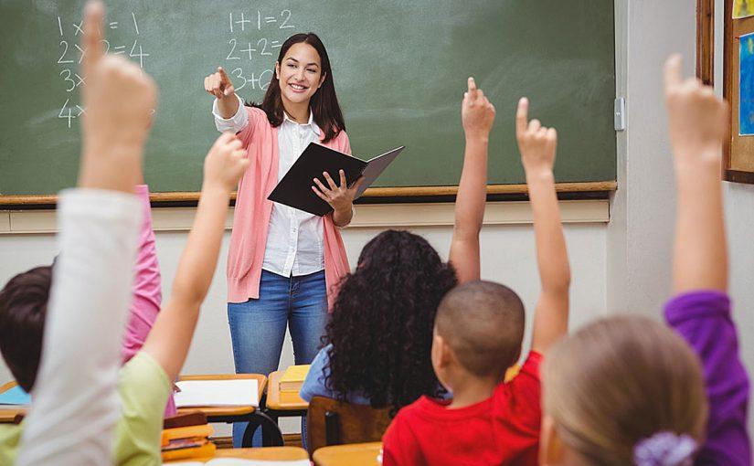 صورة تعبير عن المعلمة , الام مدرسة