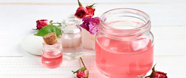 صورة ماء الورد والوجه , فوائد عديده لماء الورد عند استخدامه للوجه