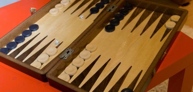 صورة كيف تلعب الطاولة , تعليم لعب الطاوله لمبتدئين بطريقه سهله و بسيطه
