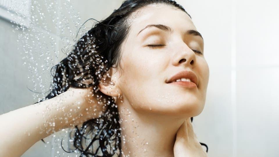 صورة هل الماء فقط عند الاستحمام يضر الشعر , غسل الشعر بالماء فقط